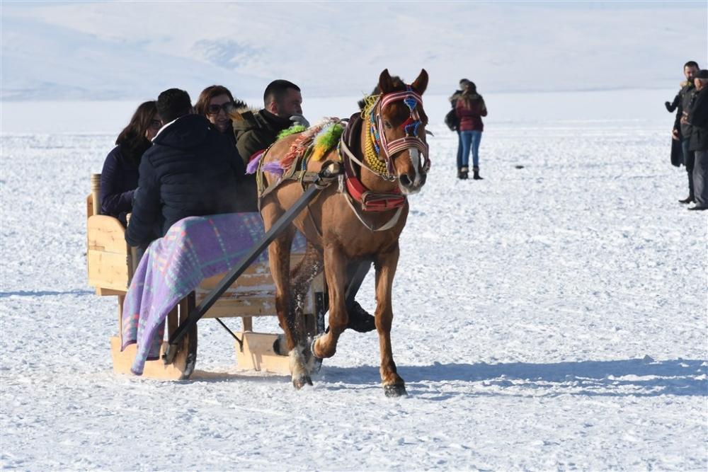 """Buzla kaplı gölün vazgeçilmezi: """"Atlı kızak"""" galerisi resim 8"""