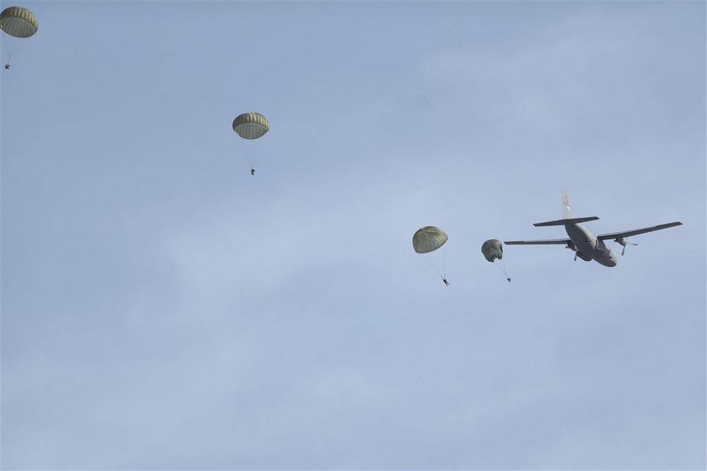 Paraşütçü komandolar gökyüzünde galerisi resim 3