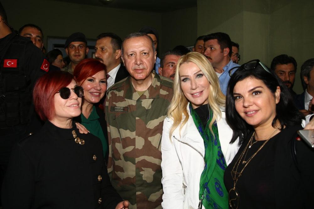 Erdoğan ve ünlü isimler sınırda askere moral verdi galerisi resim 1