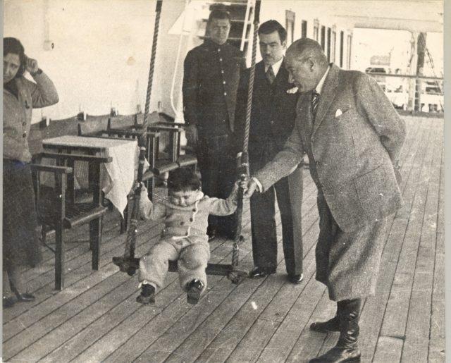 Atatürk'ün çocuk sevgisi galerisi resim 6