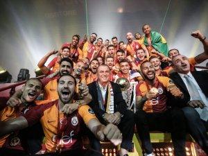 Galatasaray 21. Şampiyonluk Kupası'nı kaldırdı