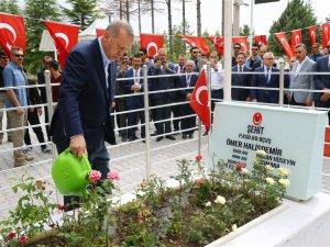 Erdoğan Ömer Halisdemir'in kabrini ziyaret etti
