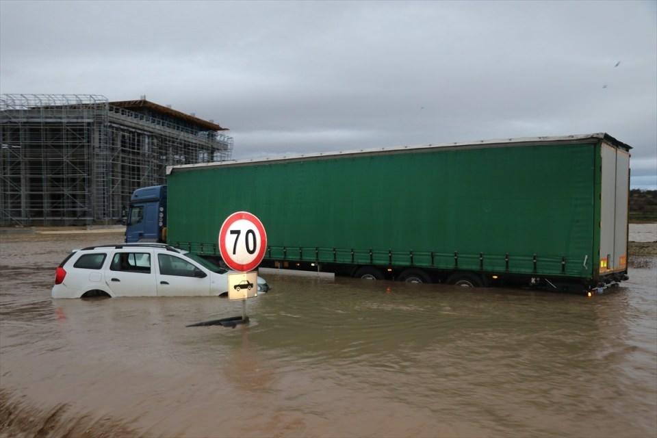 Hastaneyi su bastı, yollar göle döndü galerisi resim 1