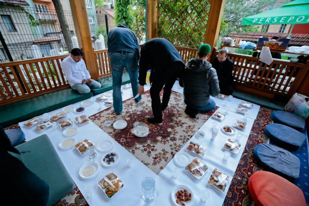 """Saraybosna'nın tarihi camisinde """"mahalle iftarı"""" galerisi resim 10"""