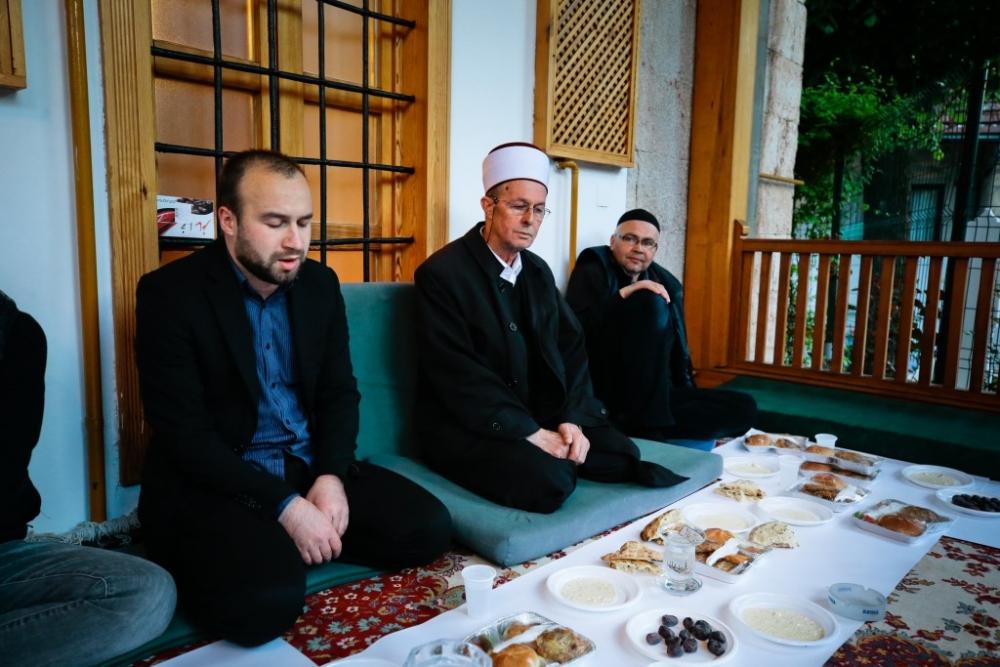 """Saraybosna'nın tarihi camisinde """"mahalle iftarı"""" galerisi resim 18"""