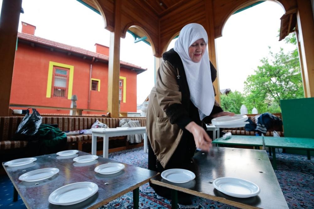 """Saraybosna'nın tarihi camisinde """"mahalle iftarı"""" galerisi resim 7"""