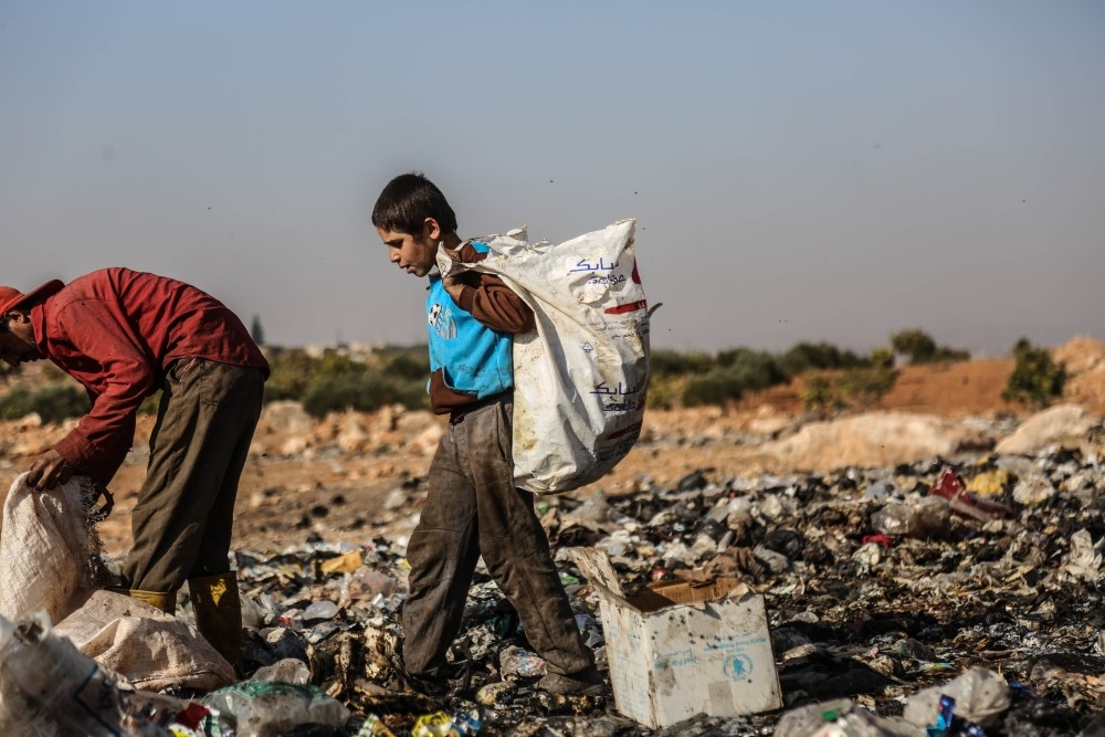 İdlibli çocuklar ekmeklerini çöpten çıkarıyor galerisi resim 1