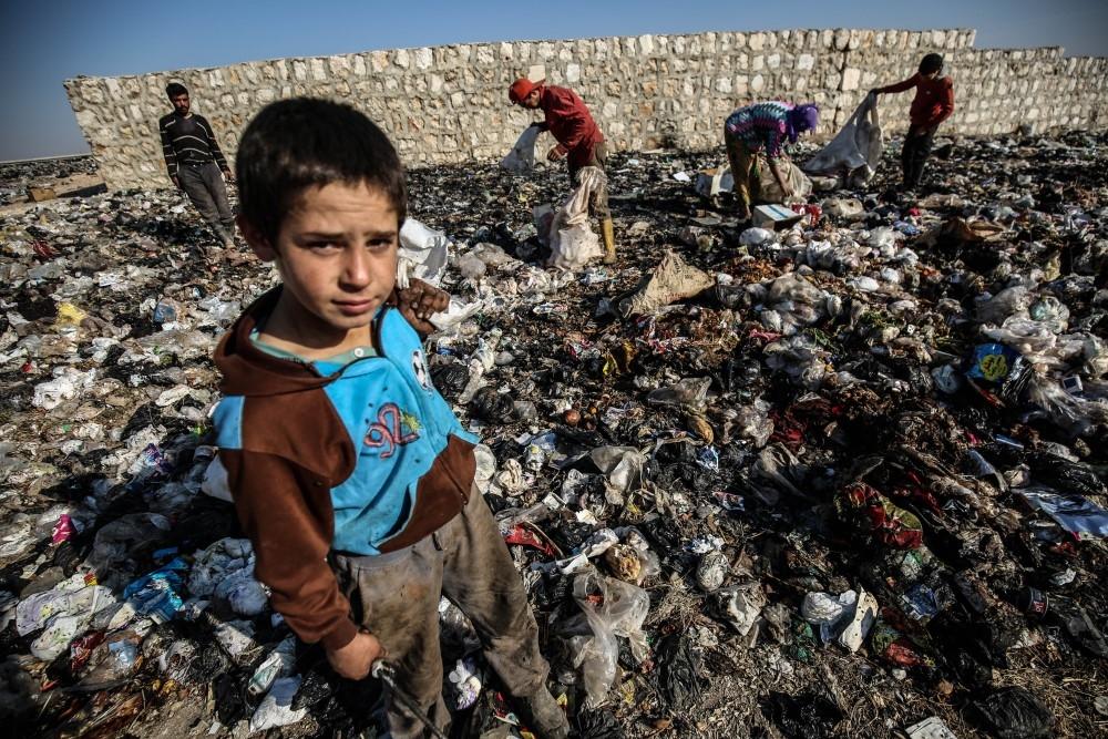 İdlibli çocuklar ekmeklerini çöpten çıkarıyor galerisi resim 14