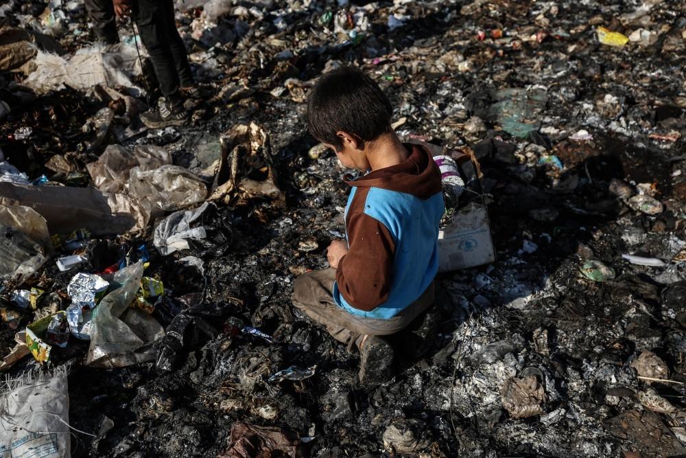 İdlibli çocuklar ekmeklerini çöpten çıkarıyor galerisi resim 2