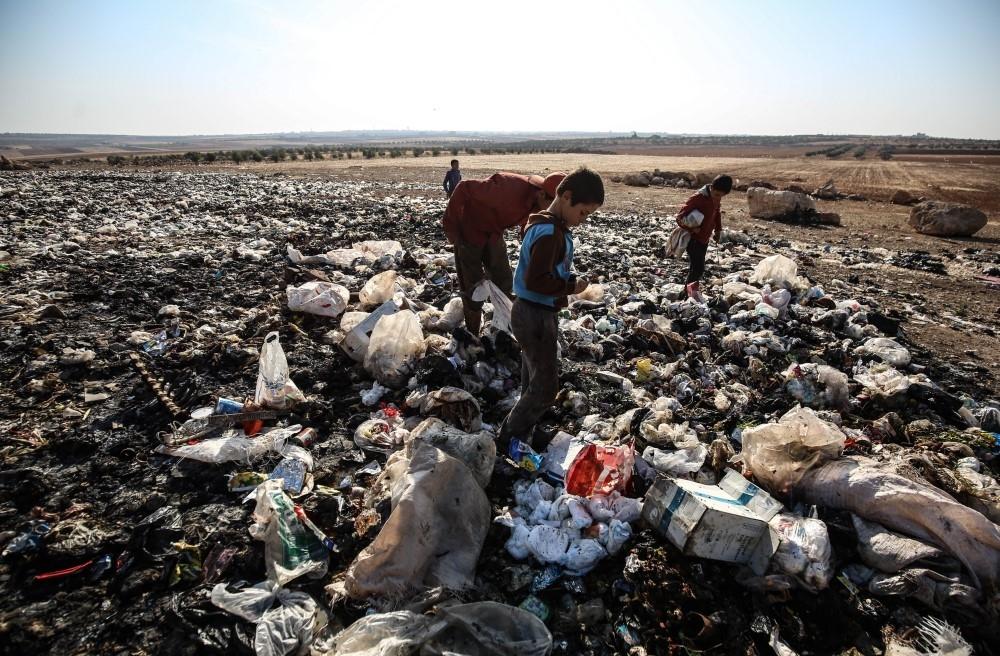 İdlibli çocuklar ekmeklerini çöpten çıkarıyor galerisi resim 4