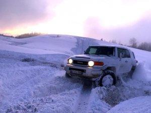 """Düzce'de off-road tutkunlarının """"kar safarisi"""" nefes kesti"""