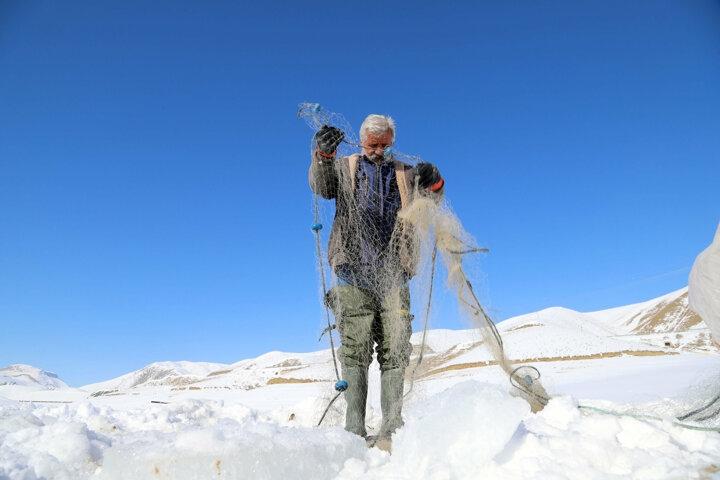 Donan gölde tehlikeli hareket: Buzu kırıp balık avlıyorlar galerisi resim 1