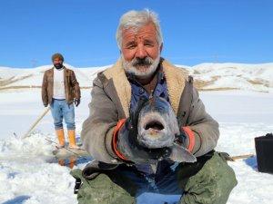 Donan gölde tehlikeli hareket: Buzu kırıp balık avlıyorlar