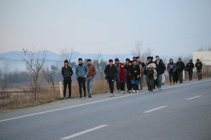 Kapıların açıldığını duyan göçmenler sınıra akın etmeye başladı galerisi resim 1