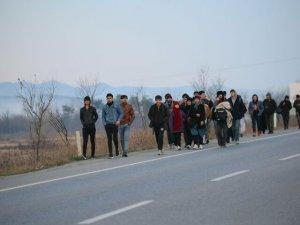 Kapıların açıldığını duyan göçmenler sınıra akın etmeye başladı