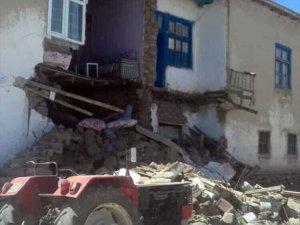 Van'da korkutan deprem: Olay yerinden ilk görüntüler