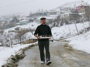 Karla mücadele ekiplerine çaylar vatandaştan