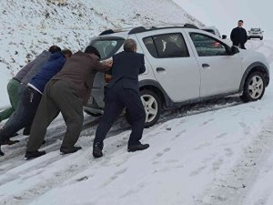 Bir ilde daha kar sürprizi: Bir anda bastırdı sürücüler yolda kaldı