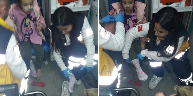 Sağlık çalışanı, yalın ayaklı çocuğa kendi çorabını giydirdi