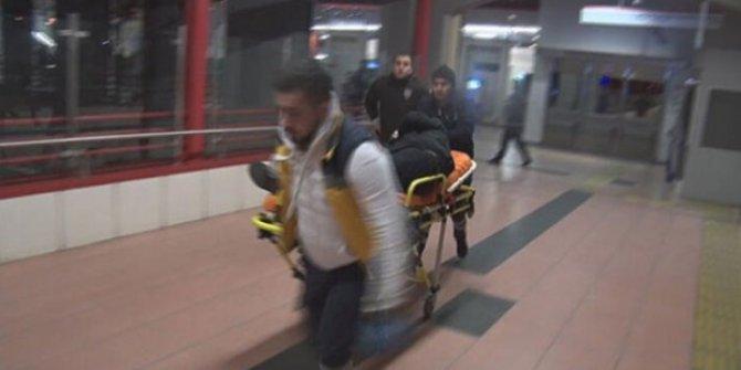 Metroda dehşet: 2 kişi bıçaklandı