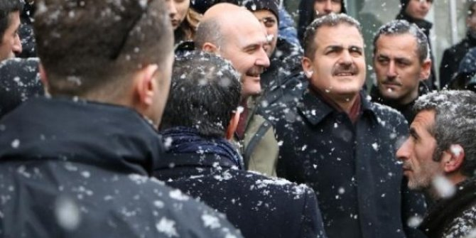 Kar altında esnaf ziyareti: Bakan Soylu Hakkari kent merkezine gitti