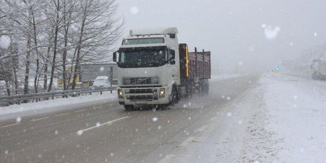 Bursa-Ankara kara yolunda kar yağışı ulaşımı aksatıyor