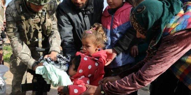 Türk askerinden Tel Abyad'daki çocuklara yardım
