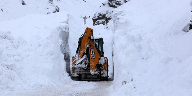 Karadeniz'de ekiplerin zorlu kar mücadelesi