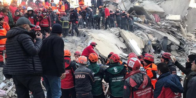 Dört kişi daha enkaz altından kurtarıldı