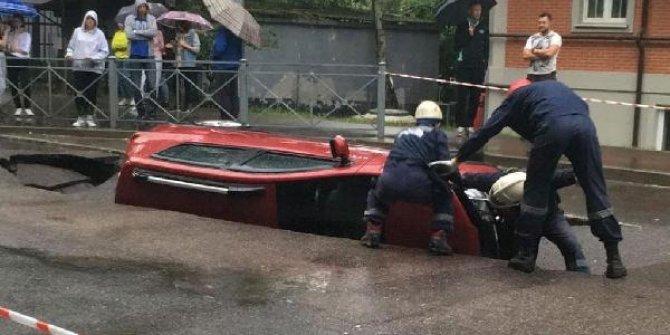 Rusya'da yol çöktü, otomobil çukura düştü