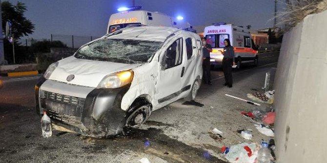 Aşırı hız nedeniyle devrilen hafif ticari araçtaki 5 kişi yaralandı