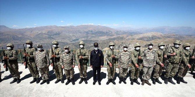 Bakan Akar Irak sınırındaki birliklerde inceleme ve denetlemelerde bulunuyor