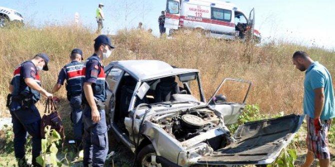 Tarlaya uçan otomobildeki çift yaralandı