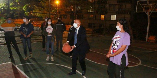 Gençlerle basketbol oynadı - 12 dev adama taş çıkardı