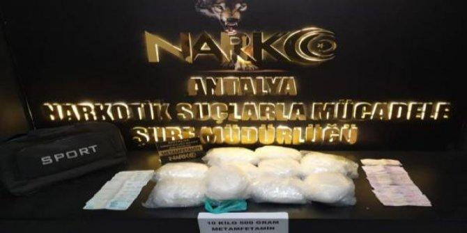 10 kilo uyuşturucuyla yakalanan 2'si kamu görevlisi 3 kişi tutuklandı
