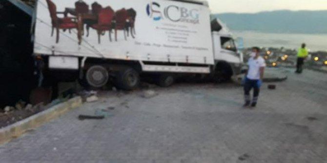 Freni boşalan kamyonet otomobile ve binaya çarparak durabildi