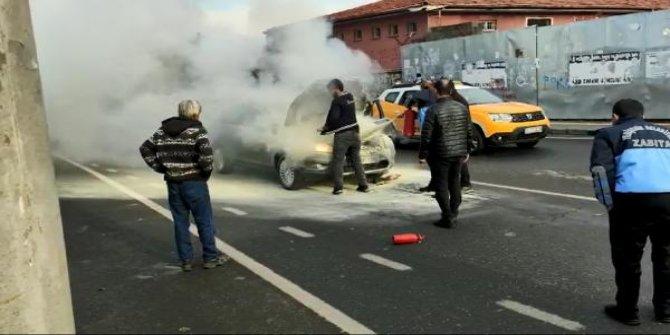 Hareket halinde alev alan otomobili, zabıta ekipleri söndürdü