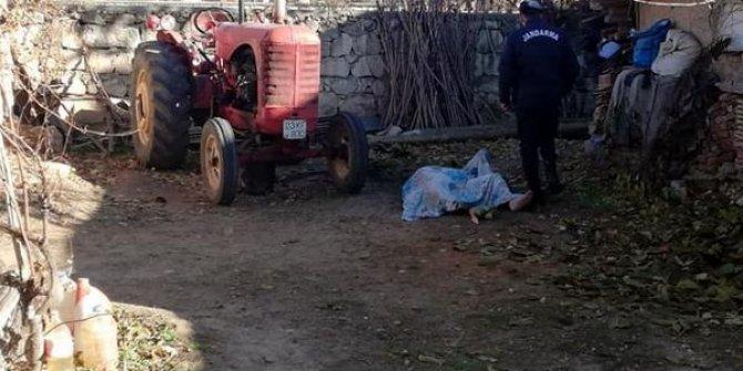 Traktörünü tamir için yaktığı ateşten üzerine kıvılcım sıçrayan kişi yanarak öldü