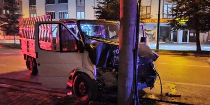Çarpıp kaçan kamyoneti takip eden otomobil sürücüsü kazaya yol açtı: 1 yaralı