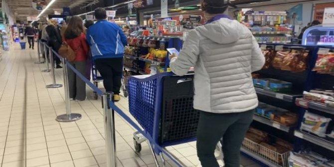 Kısıtlamaya saatler kala marketlerde yoğunluk oluştu