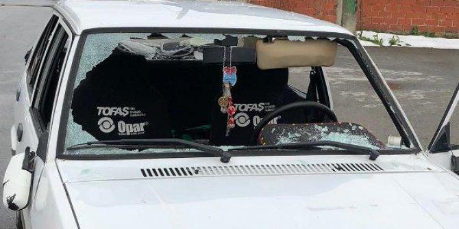Otomobilin önünü kesen 1'i kadın 4 saldırgan, sürücüyü darbetti