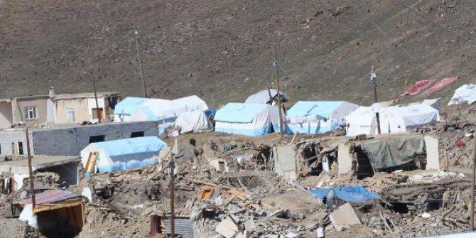 İran depreminin hissedildiği Van'da hayatını kaybeden 10 kişi için anma programı