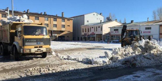İlçe merkezindeki 250 ton kar, kamyonlarla taşındı