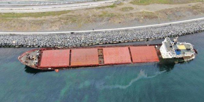 Zeytinburnu'nda karaya oturan gemiden sızıntı sürüyor