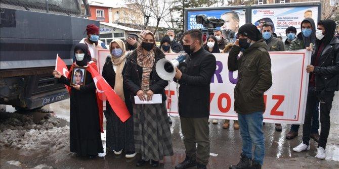 Hakkari'de terör mağduru aileler, HDP İl Başkanlığı önünde eylem yaptı