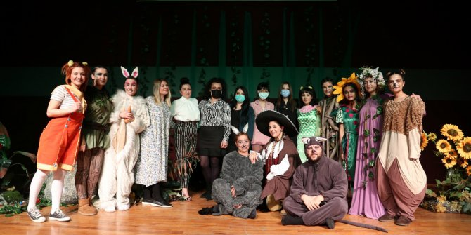 Öğretmenler tiyatro sahnesinde