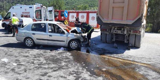 Otomobil kamyona arkadan çarptı: 1 ölü, 6 yaralı