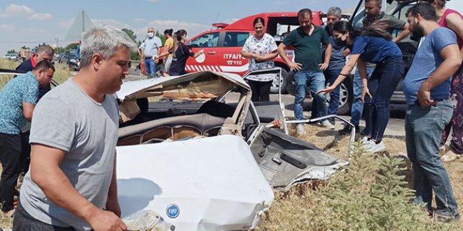 Malatya'da iki otomobil kafa kafaya çarpıştı: 2 ölü, 4 yaralı