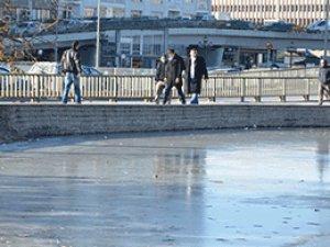 Başkent'te havuzlar buz tuttu