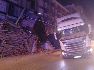 Keçiören'de kamyon devrildi